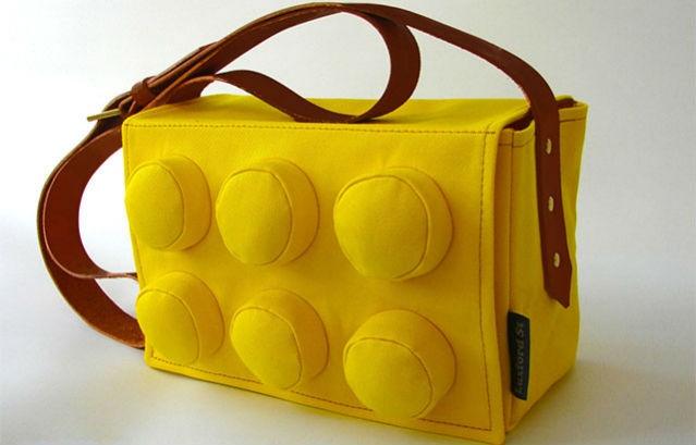 2b1c29daf7 Ακόμα και η Chanel κυκλοφόρησε την περσινή σεζόν clutch bags που θυμίζουν  τουβλάκια lego.
