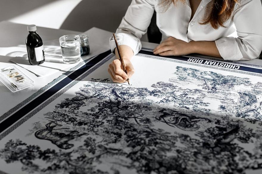 Γυναίκα ζωγραφίζει πάνω σε φουλάρι Christian Dior