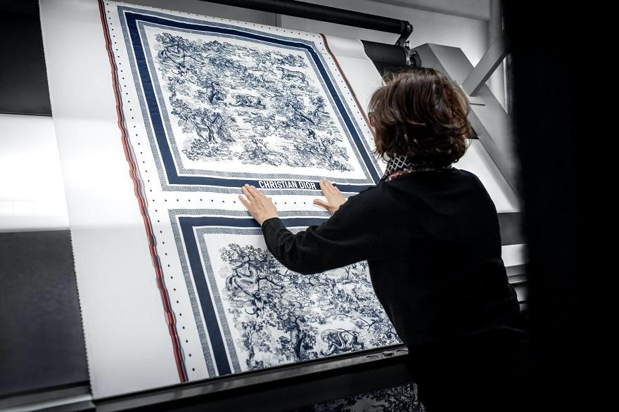 Γυναίκα φτιάχνει φουλάρια Christian Dior