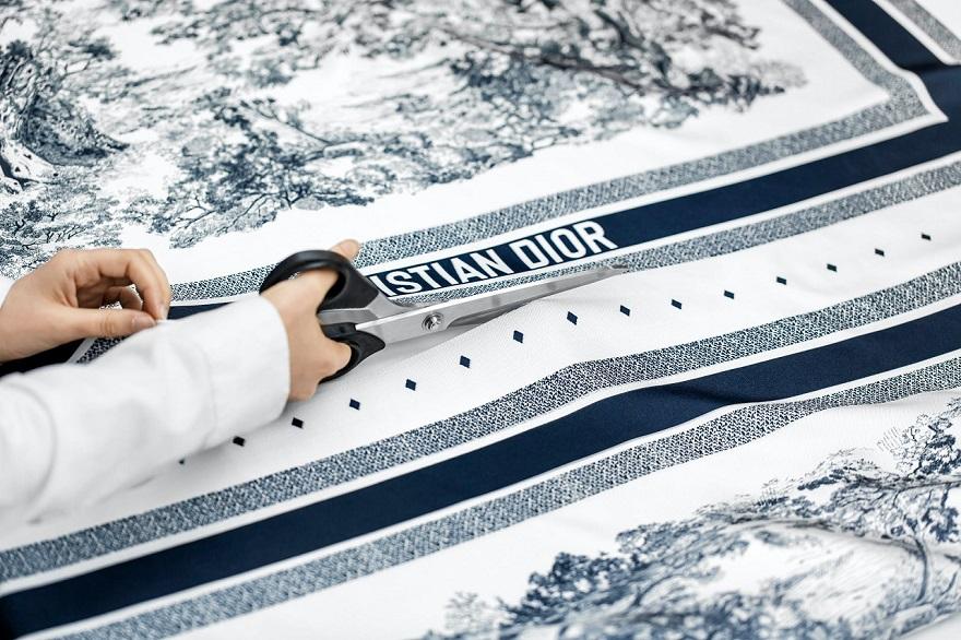 Γυναίκα κόβει φουλάρι Christian Dior
