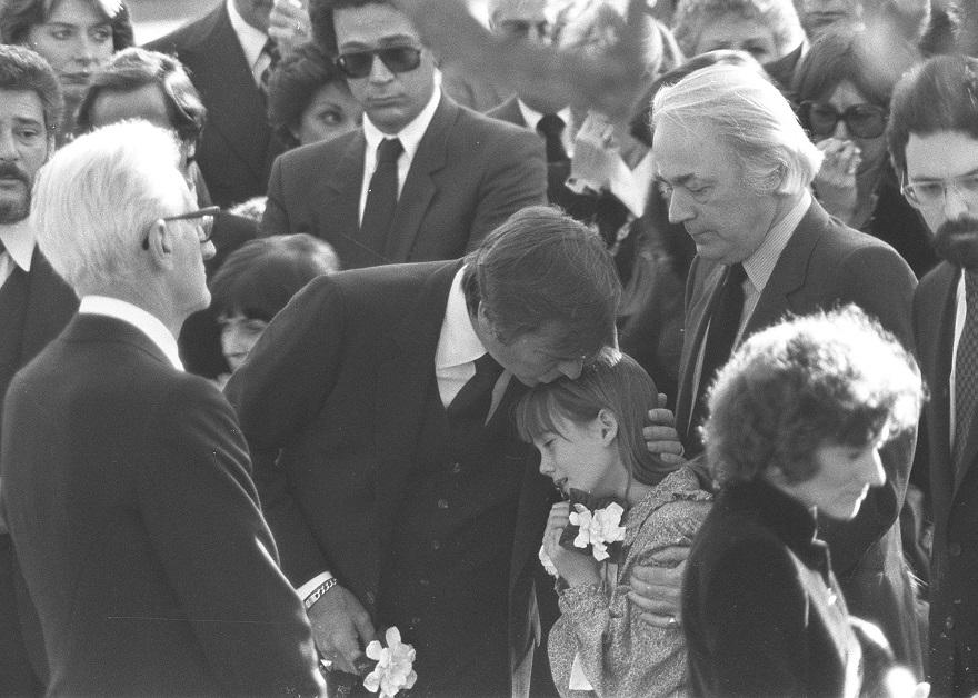 Ο Ρόμπερτ Γουάγκνερ στην κηδεία της συζύγου του Νάταλι Γουντ με την κόρη τους Κόρντεϊ Μπρουκ Γουάγκνερ