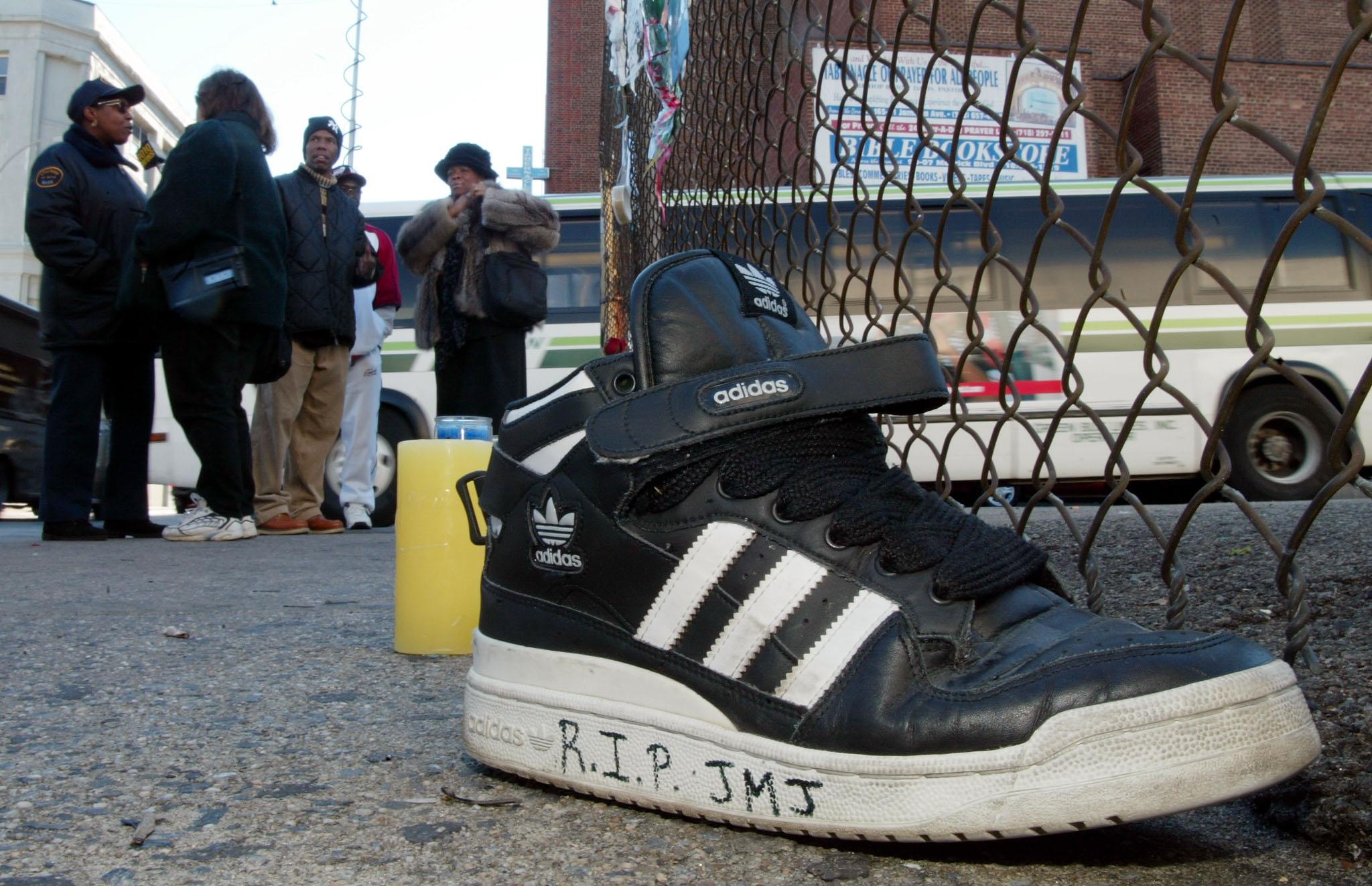 Αφιέρωση σε sneaker adidas για τη δολοφονία του ιδρυτικού μέλους των RUN DMC, Jason Mizell aka DJ Jam Master Jay