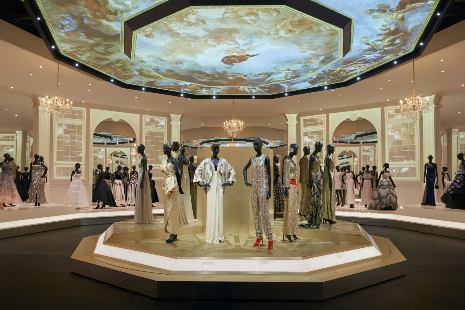 V&A Christian Dior Designer of Dreams exhibition Ballroom section © ADRIEN DIRAND (22)