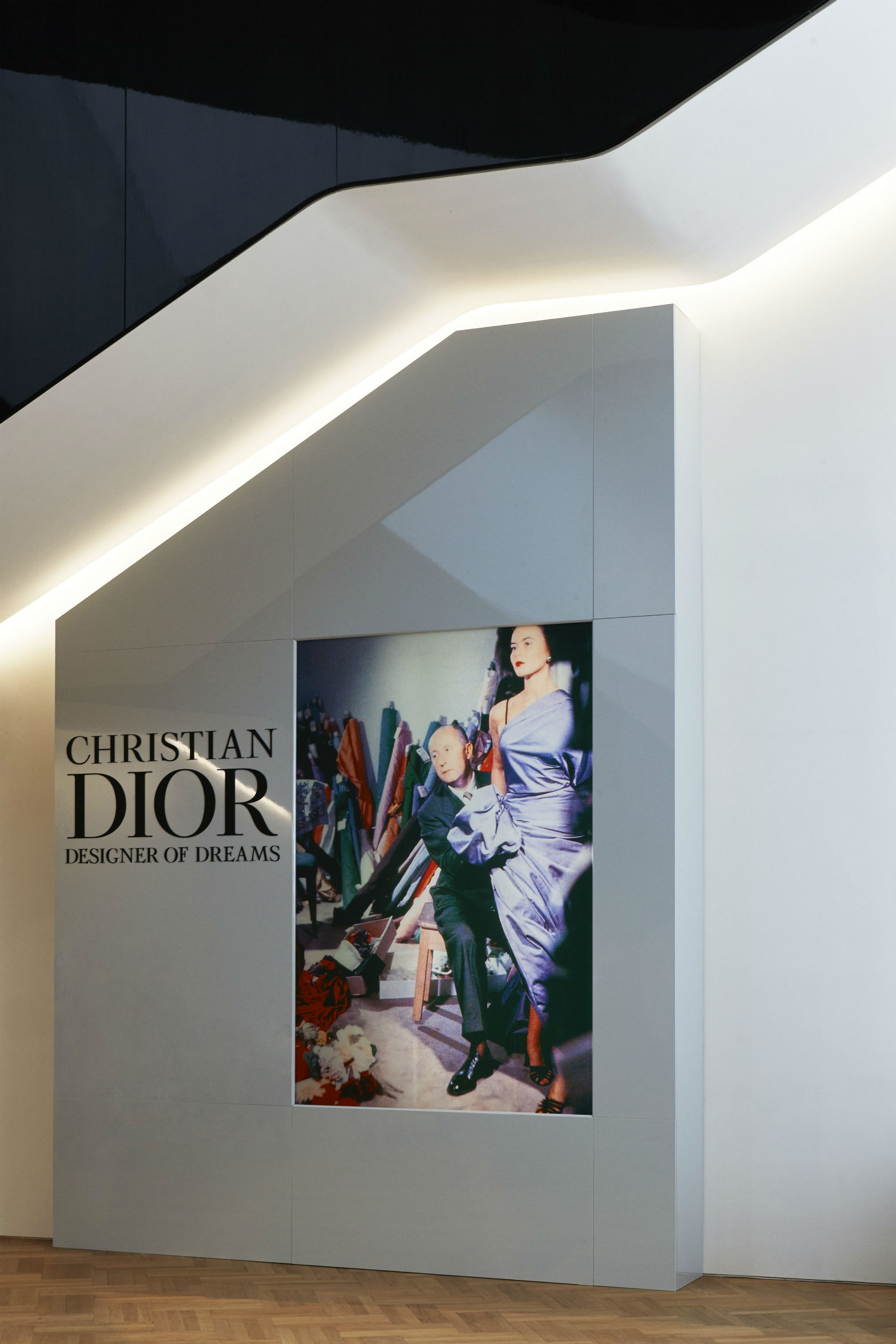 V&A Christian Dior Designer of Dreams exhibition Entrance © ADRIEN DIRAND (21)