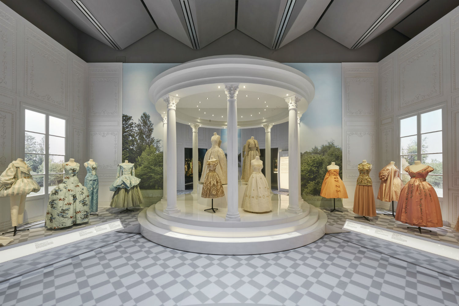 V&A Christian Dior Designer of Dreams exhibition Historicism section © ADRIEN DIRAND (5)